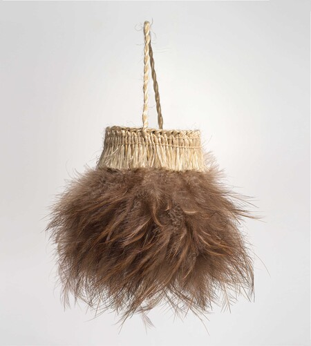 Cath Brown Kiwi Kete 1990s. Harakeke, kiwi feathers. Collection of Elizabeth Brown, Christchurch